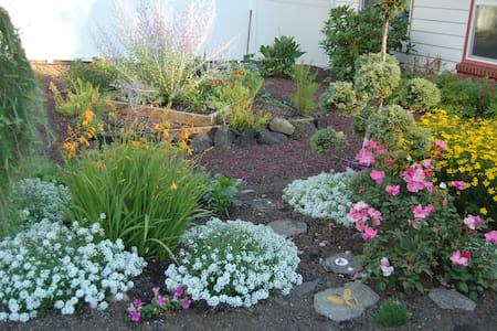 Deja Vu Secret Gardens with Hot Tub - Dům