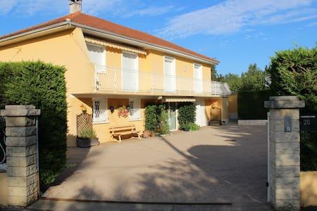 Appart au RDC 56 m² dans une villa situé sud ouest - Rillieux-la-Pape