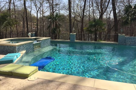 Luxury Lakeside Bdrm Apt w/ Pool! - Gainesville