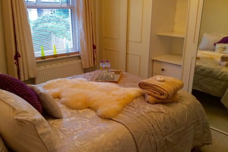 Cosy double room in Victorian House - House