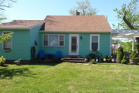 Lil Green Bungalow on Tilghman Is. - House