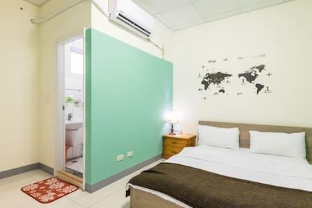 新房間~綠洲套房~獨立衛浴 舒適雙人床 巷弄的寧靜 - Ev