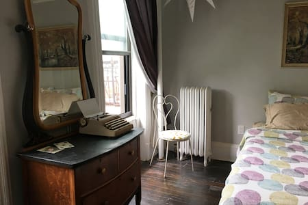 Hip & Vintage Brownstone! Spectacularly Spacious!! - Brooklyn - Apartamento