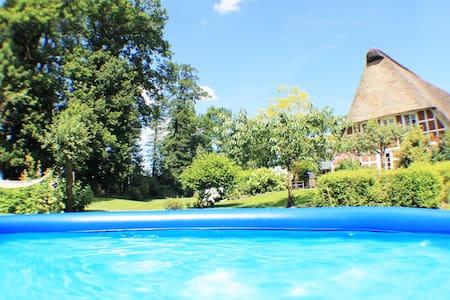 Kaminofen-Wohnung mit idyllischer Sonnenterrasse - Hemmoor - Appartement