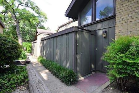 B's B&B - Secluded 2/2 Dallas condo - Apartament