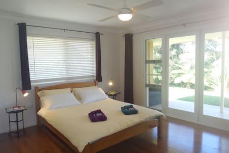 Large bedroom, Country Living Close to Mullumbimby - Rumah