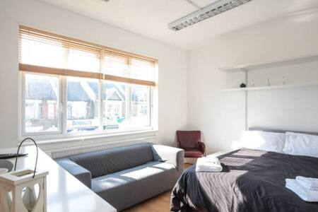 Double room 18min to central London - Apartment
