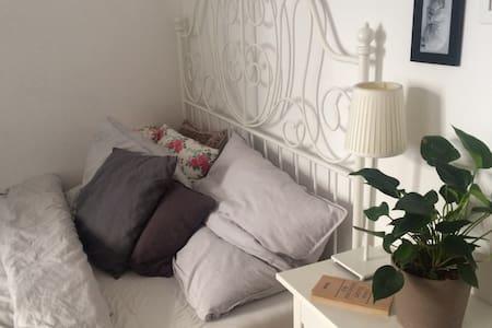 Beautiful room in Altbau, Wedding - Appartement