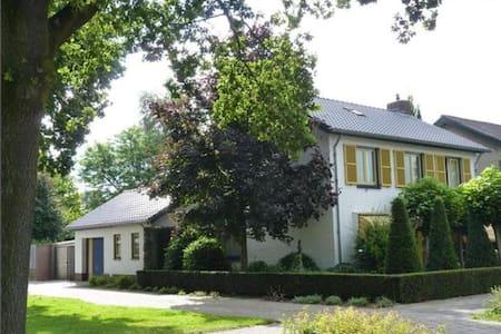 Groot vrijstaand Vierdaagsehuis - Ház