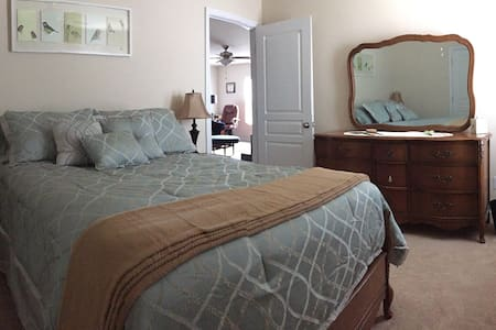 Cozy Bedroom w/Private Bath Near Charlotte - Mount Holly - Casa