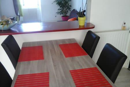 chambre simple et spacieuse - Huoneisto