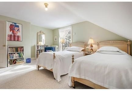 Bright Lakeview Room near Cambridge - House