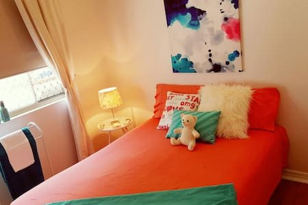 Bright, Comfy Room in funky home - Close to all - Coconut Grove
