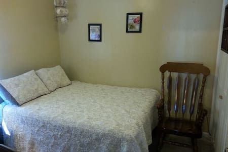 Quiet and comfortable home w/ clean room - Hutchinson - Casa