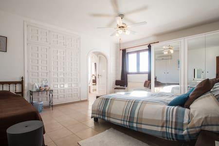 Master bedroom at Estrella Lodge - Bed & Breakfast