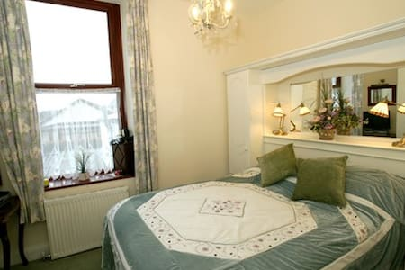 Cosy retreat at Albany House B&B Peel - Osborn Rm - Bed & Breakfast