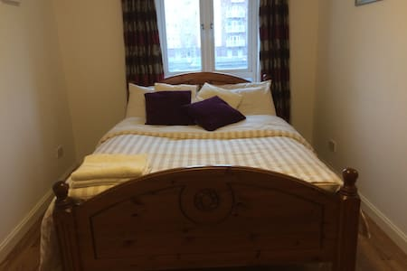 Cosy bedroom along the River Liffey - Dublin - Apartment