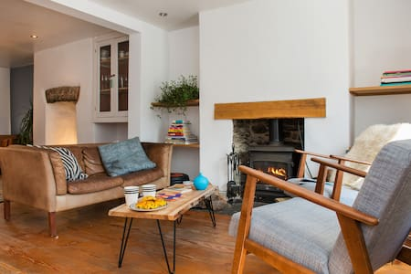 Stylish and Charming Coach House - House