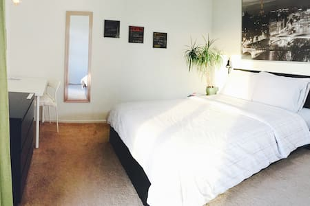 STAY IN THE HEART OF HOLLYWOOD! - Los Angeles - Apartment
