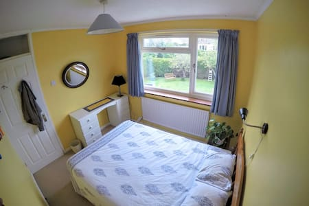 Double bedroom in family home - Bed & Breakfast