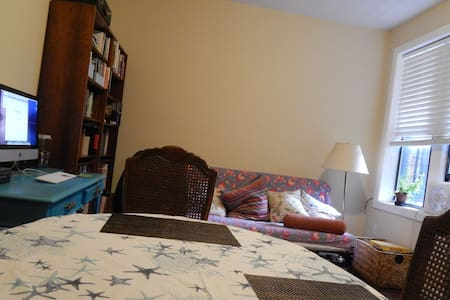 Cozy room in Central Harlem. Lively neighborhood. - New York - Apartment