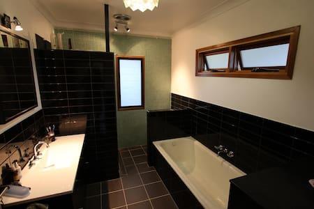 Inner city cottage in Highgate Hill sleeps 6 - Highgate Hill - Hus