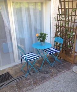 Studio attenant à la villa ,entrée indépendante - House