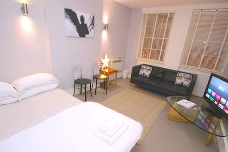 B) Stylish Private Large Room - Central Soho - Apartment