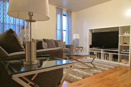 Experience Harlem's vibrant culture, food, history and music then escape from crowds in an oasis of calm. This unit is perfectly located 2 blocks from express trains & near many restaurants, bars, & cafés. It is clean, comfortable, & well organized.