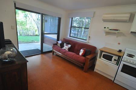 Palmwoods Central Apartment - Dom