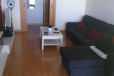 Habitación con sofá cama muy bonito - Silla - Apartamento