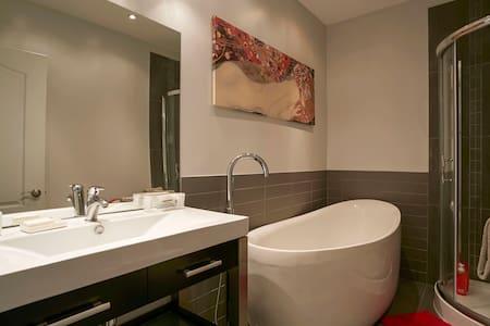 Classy comfortable condo + basement - Montréal - Wohnung