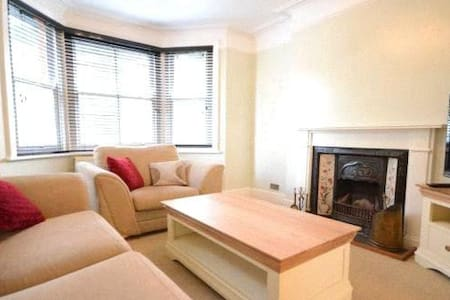 Large Bright and lovely house - Camberley - House