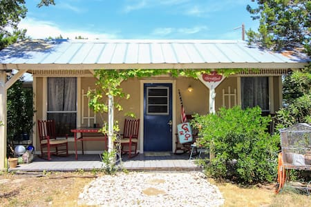 Cottage with Hot Tub & Pool Access - Bandera