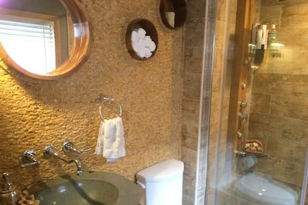 Minutes to NYC & Metlife, Entire suite/ Spa Bath - Little Ferry