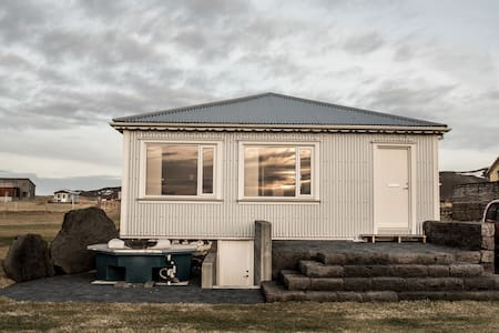 House next the sea in Iceland - Bungalow