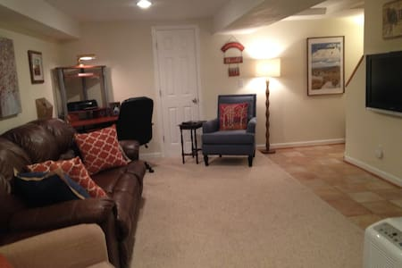 Downtown Clemson home--lower level private entry. - Entire Floor