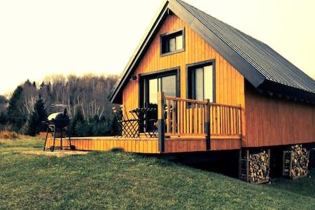 Chic Rustique des Chutes Cottage - Sainte-Mélanie - Hytte (i sveitsisk stil)