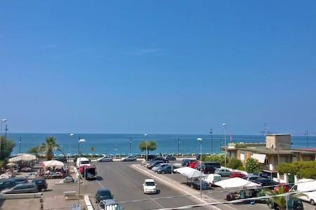 Fiordaliso-Tra Roma e Napoli, sul mare, terme 15km - Lägenhet