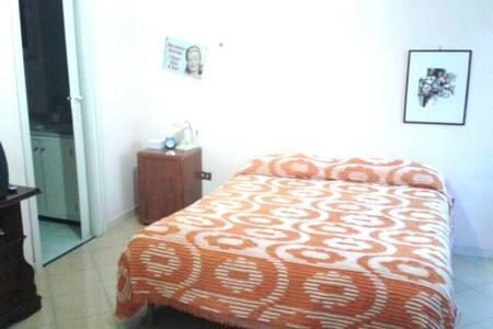Camera Spaziosa con bagno - Wohnung