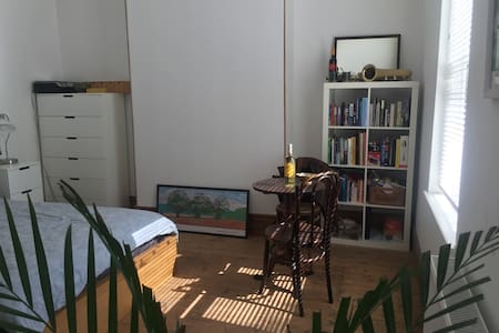 Double aspect room in central location - Apartment