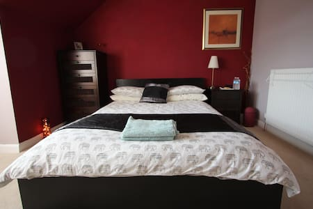 Large Cosy Room, good travel links - Casa