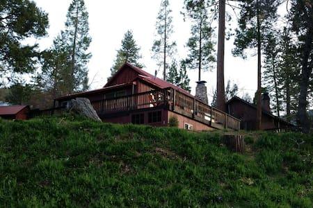 Cozy Sequoia Mountain Cabin - Sommerhus/hytte