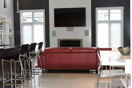 Private Room in an Exciting Modern Lifestyle Home! - London - Rumah