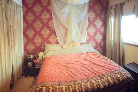 Beautiful, cozy bedroom (#2), downtown Yellowknife - Yellowknife - Rumah