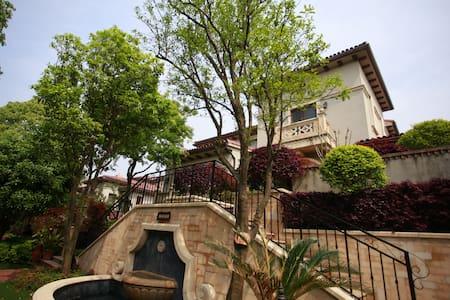 毗邻上海超级豪华超大泳池草坪院子独栋别墅 - Huvila