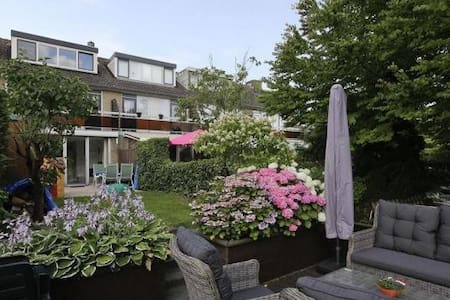 Peaceful room  & Close to Rotterdam - House