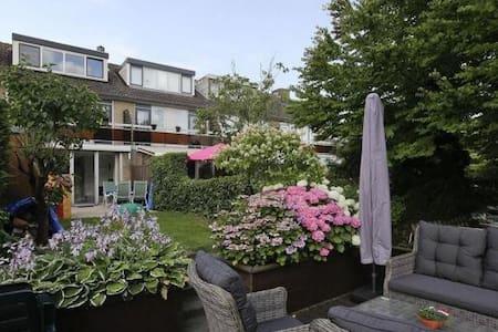 Peaceful room  & Close to Rotterdam - Ház