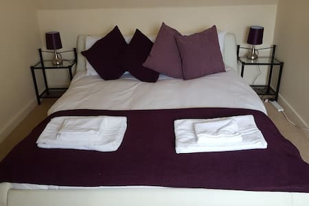 Central Cirencester modern flat, sleeps 4-6 people - Cirencester