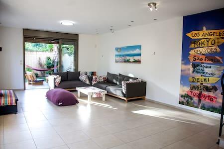 Fun house with beautiful garden - Apartment